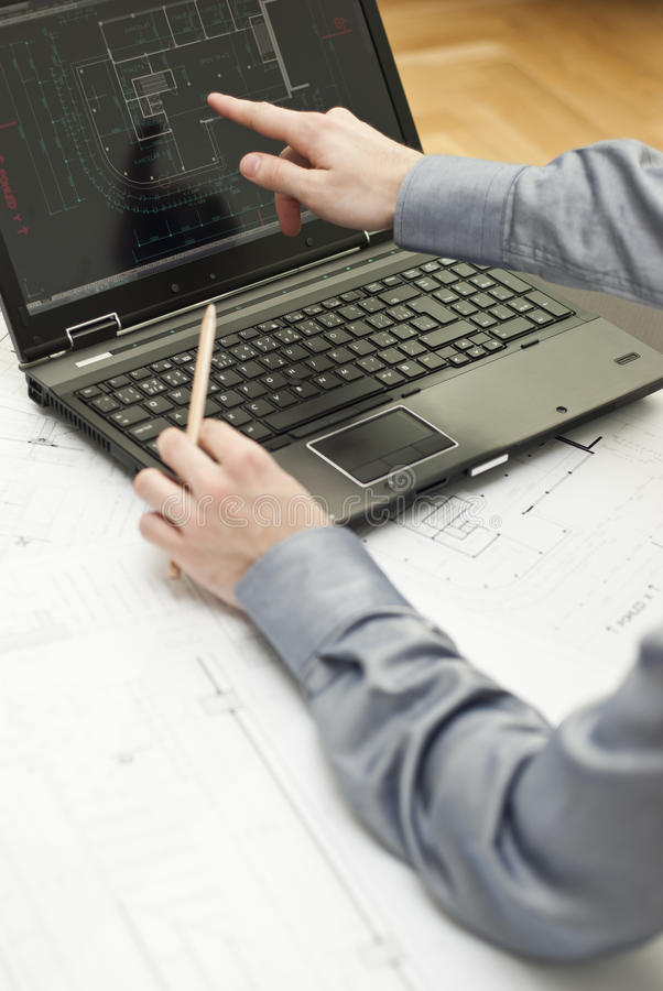 工作在笔记本的建筑师 图库摄影