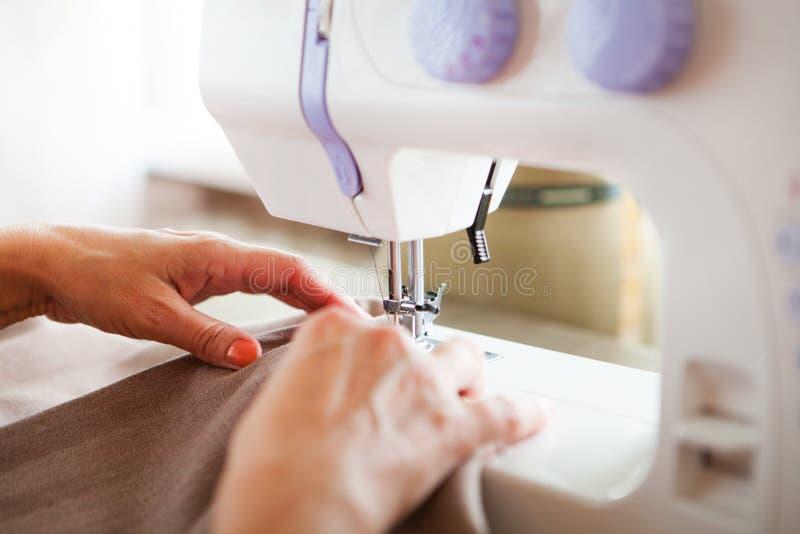 工作在缝纫机的妇女裁缝 现有量 关闭 裁缝 库存照片