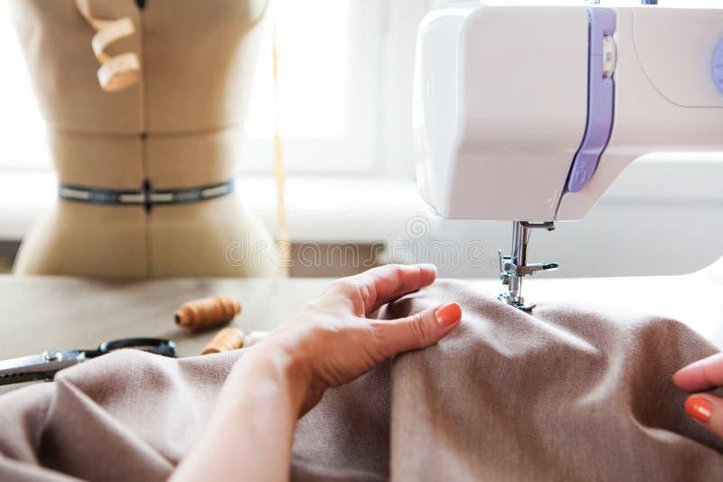 工作在缝纫机的妇女裁缝 现有量 关闭 裁缝 免版税库存图片