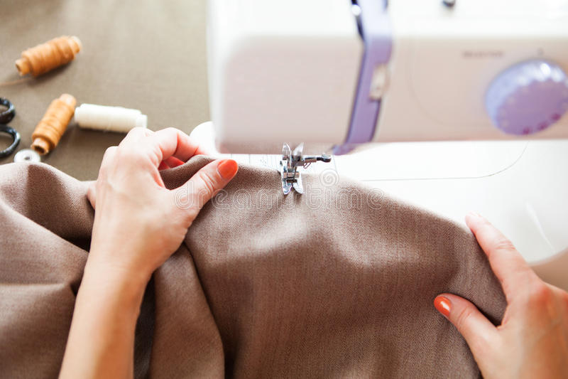 工作在缝纫机的妇女裁缝 现有量 关闭 裁缝 图库摄影