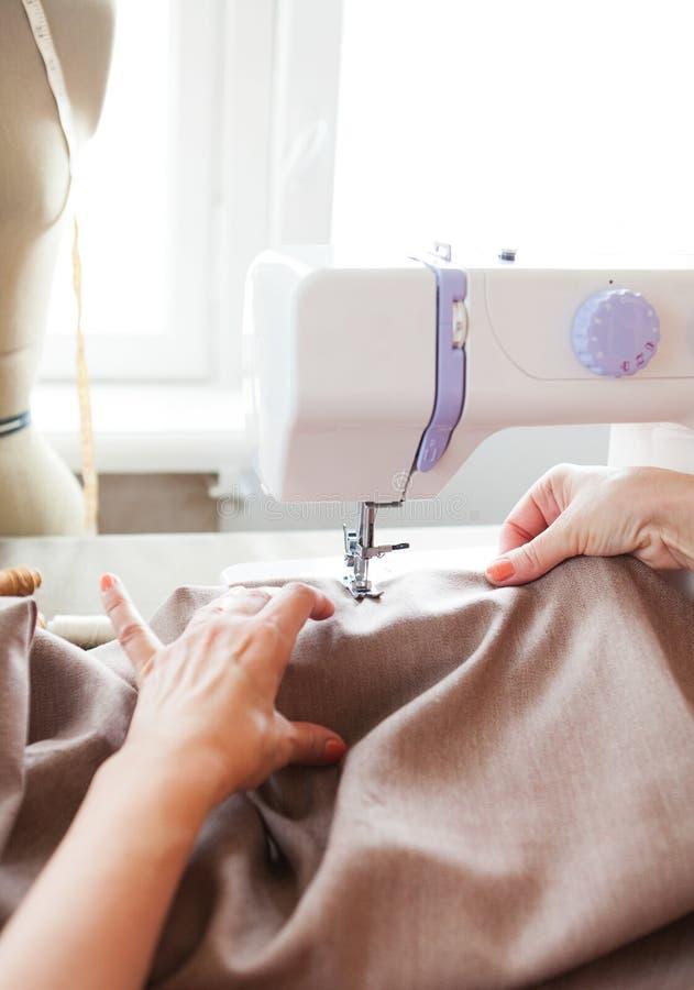 工作在缝纫机的妇女裁缝 现有量 关闭 裁缝 库存图片