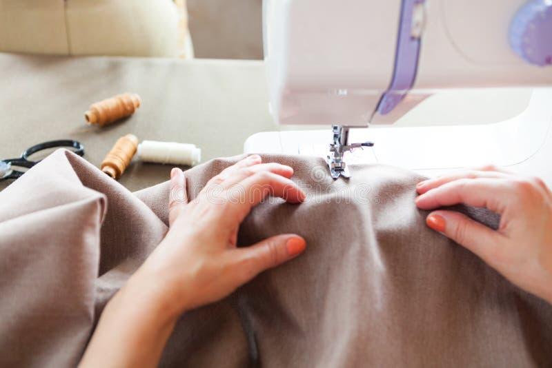 工作在缝纫机的妇女裁缝 现有量 关闭 裁缝 免版税图库摄影