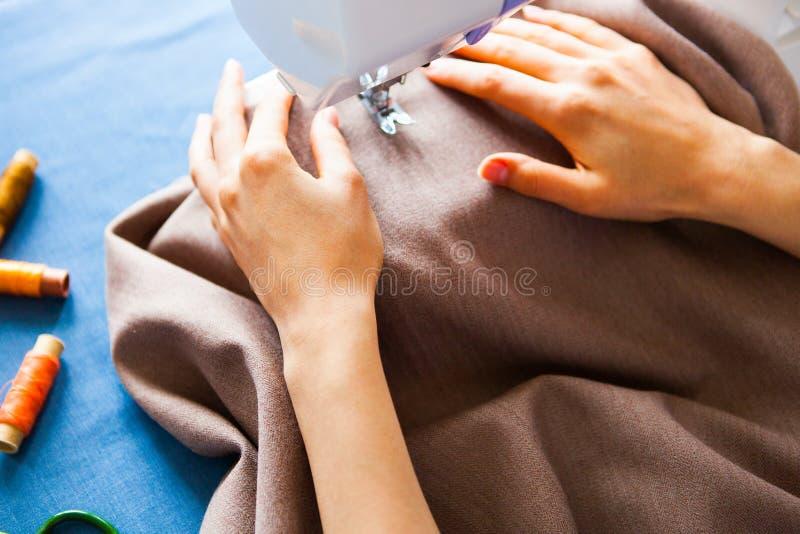 工作在缝纫机的妇女裁缝 现有量 关闭 Tailori 库存照片