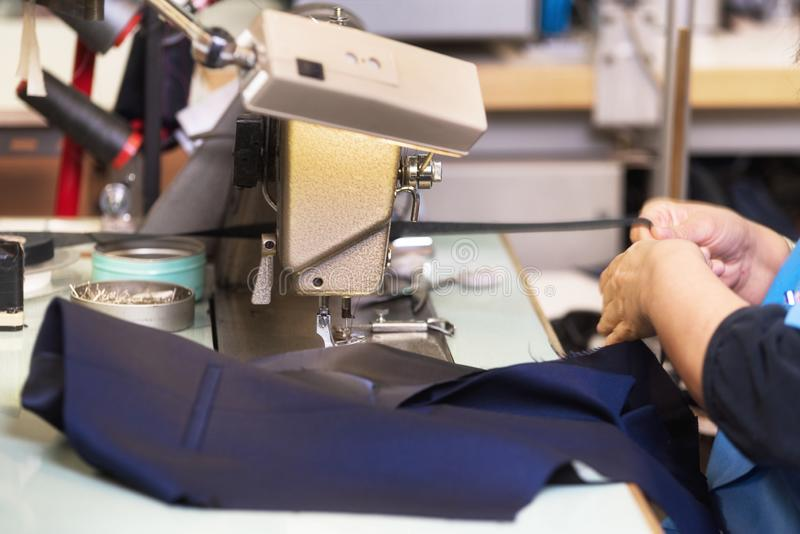 工作在缝纫机的妇女裁缝 ? ?? ?? E 免版税库存图片