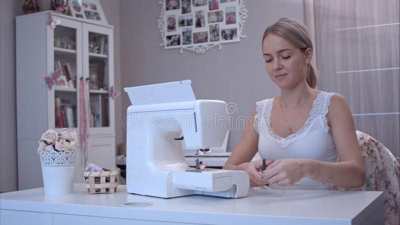 工作在缝纫机的少妇 库存照片