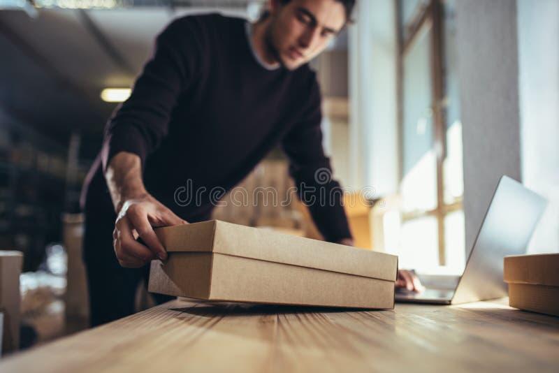 工作在网上命令的企业家 库存照片