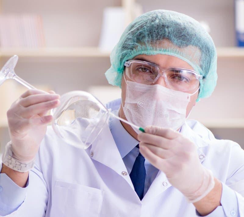 工作在罪行证据的实验室的辩论术调查员 免版税库存图片