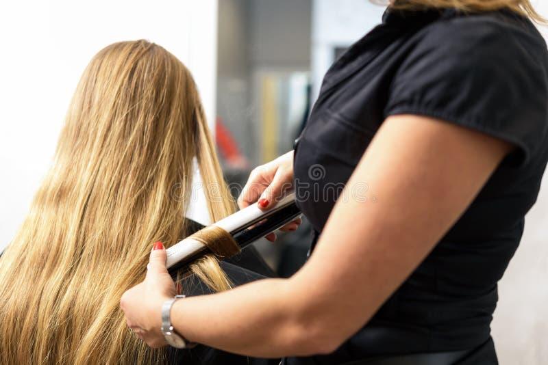 工作在美发师沙龙 免版税库存图片