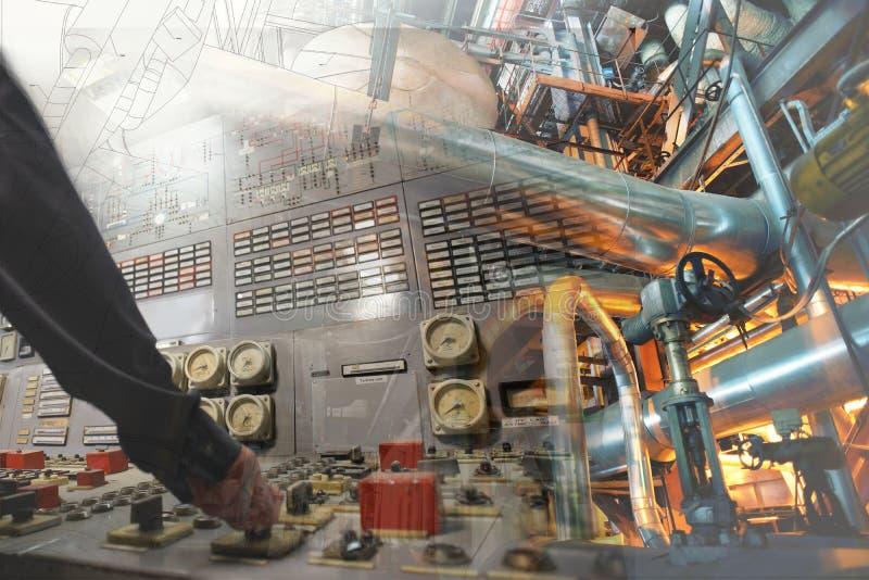 工作在能源厂的工程学人作为操作员 免版税图库摄影