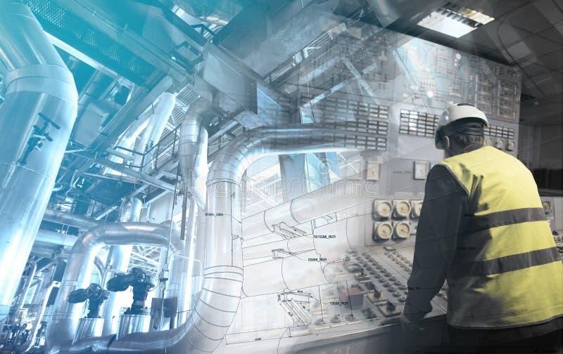 工作在能源厂的工程学人作为操作员 免版税库存照片