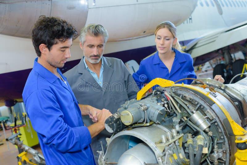 工作在航空器组分的学生 免版税库存照片