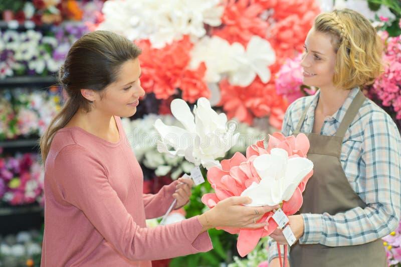 工作在花店的可爱的女孩 库存图片