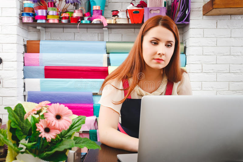 工作在花店的女孩 免版税库存照片