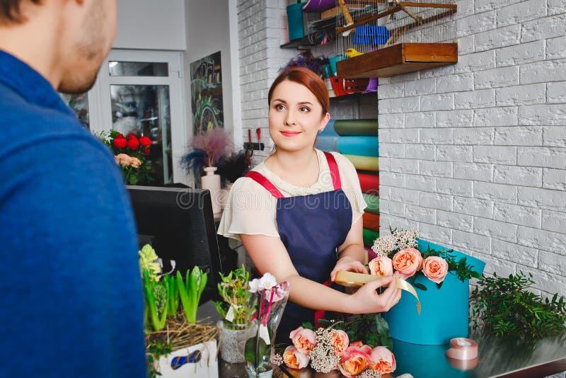 工作在花店的女孩 免版税库存图片