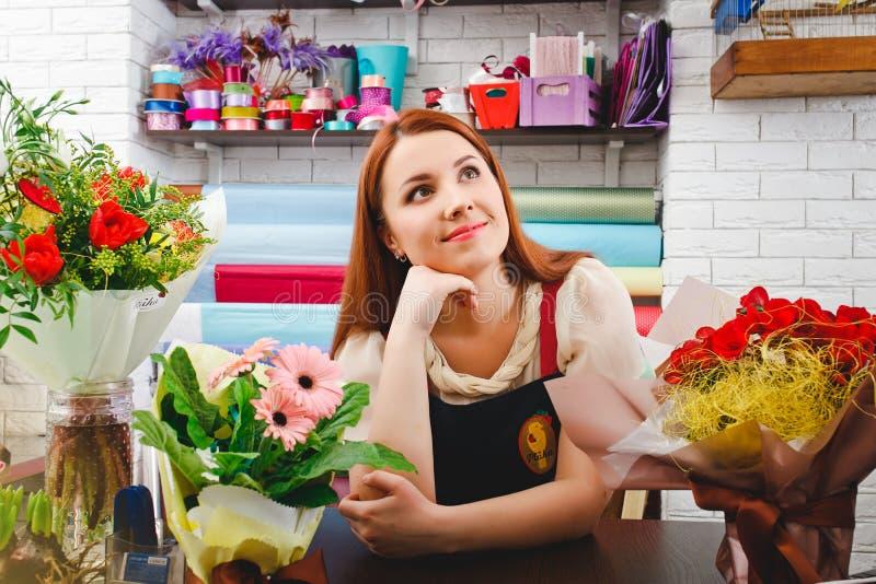 工作在花店的女孩 库存图片