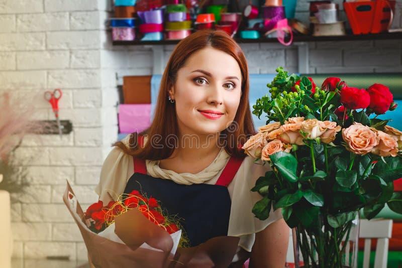 工作在花店的女孩 免版税图库摄影