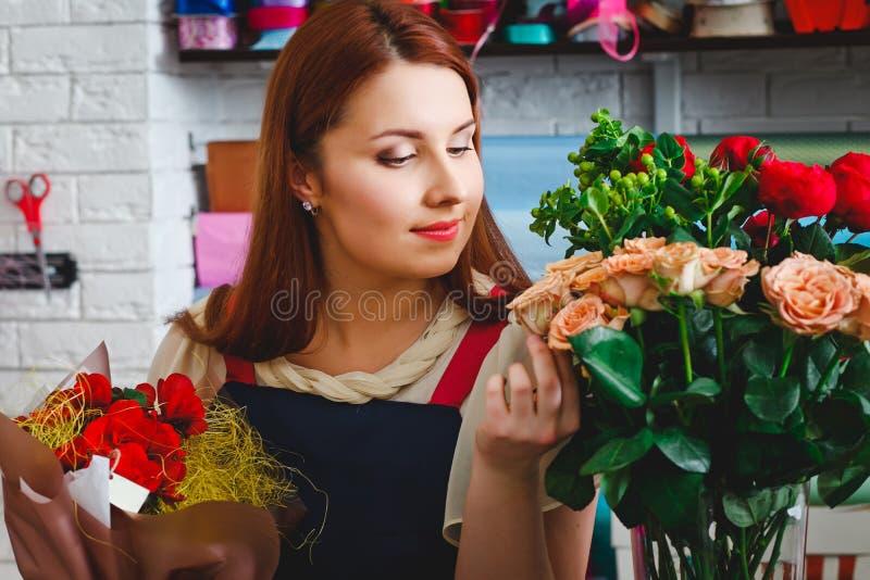 工作在花店的女孩 图库摄影