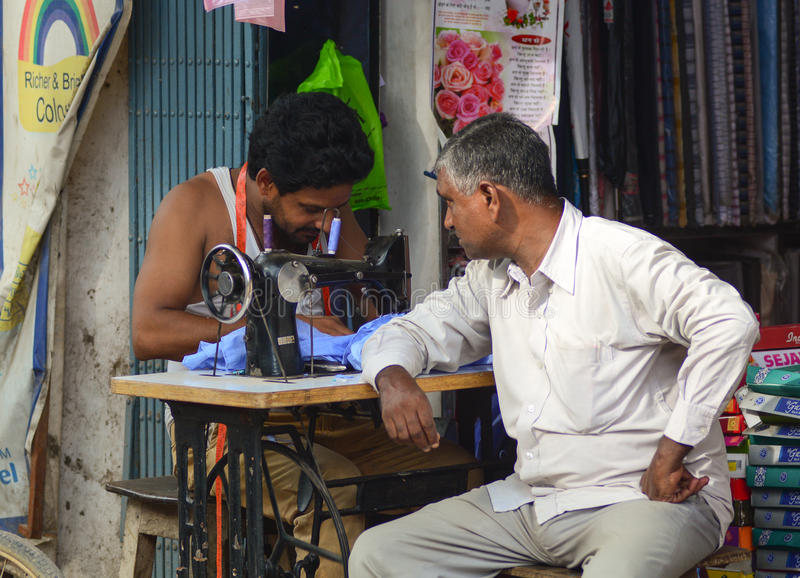 工作在街道上的裁缝在德里,印度