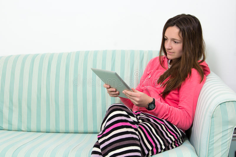 工作在表个人计算机的深色的十几岁的女孩 免版税库存图片