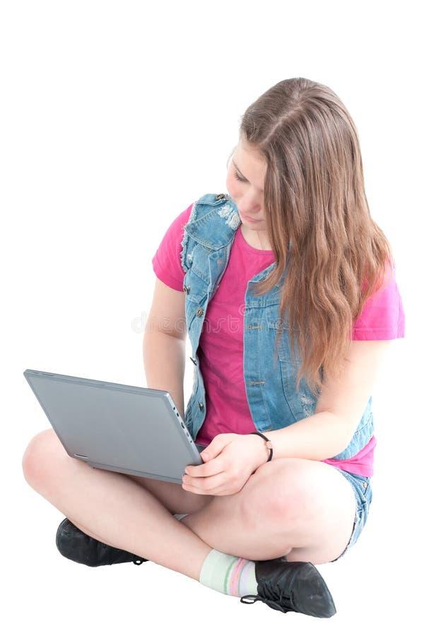 工作在计算机的年轻美丽的女孩的画象 库存照片