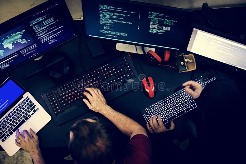 工作在计算机编码编程的人夫妇  免版税库存照片