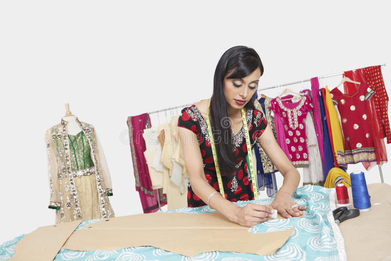 工作在设计演播室的印地安女性衣物设计师 库存照片