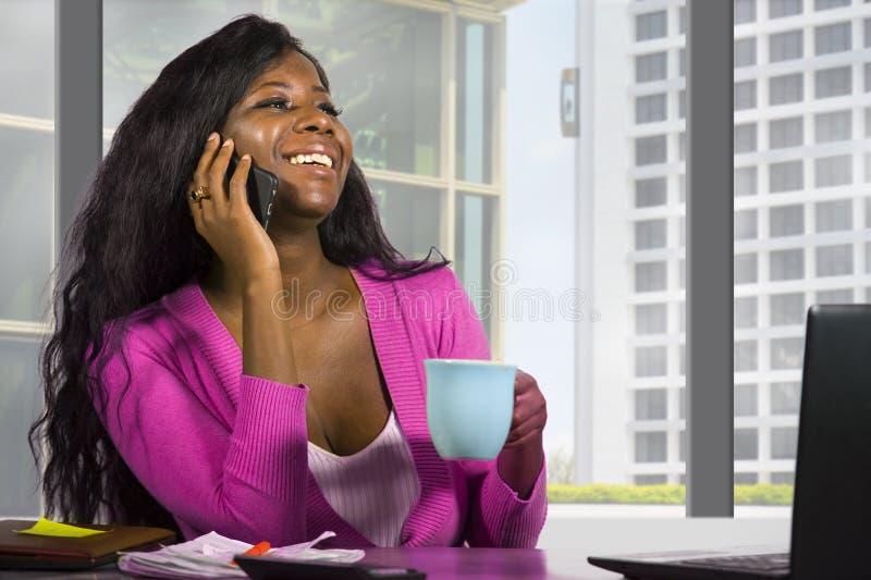 工作在财政企业分配的年轻愉快和可爱的黑人非裔美国人的女商人公司公司画象  免版税库存照片