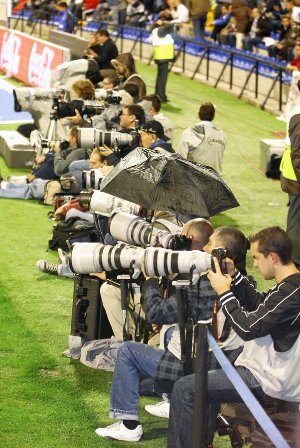 工作在足球比赛的体育摄影师在马丁内斯瓦莱罗能源体育场 免版税库存照片