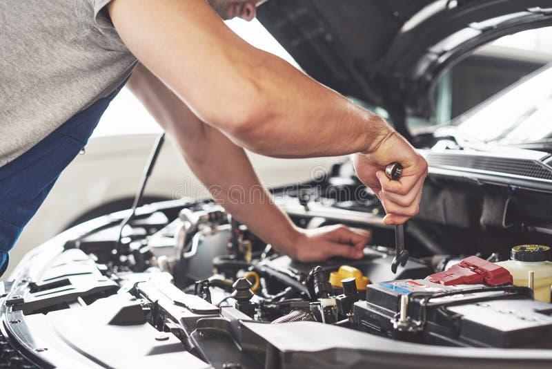 工作在车库的汽车机械师 修理公司 免版税库存照片