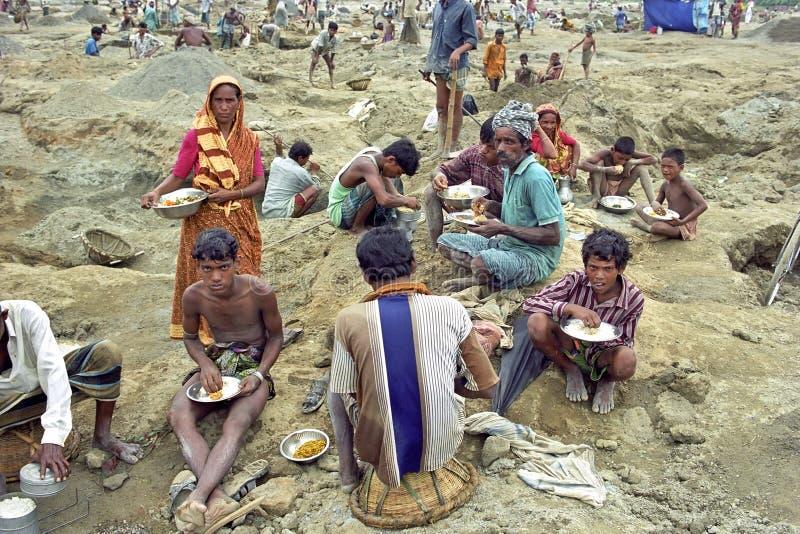 工作在采石坑的可怜的孟加拉国的家庭 免版税库存照片