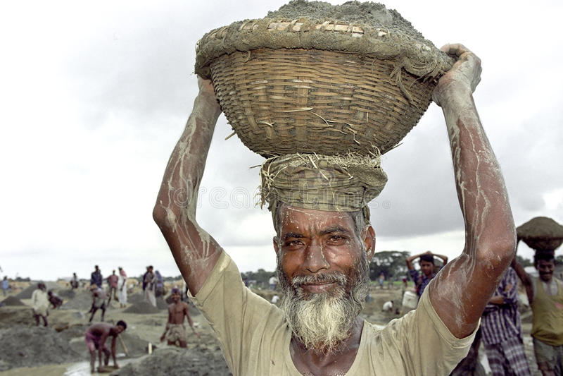 工作在采石坑的孟加拉国的老人 免版税库存照片