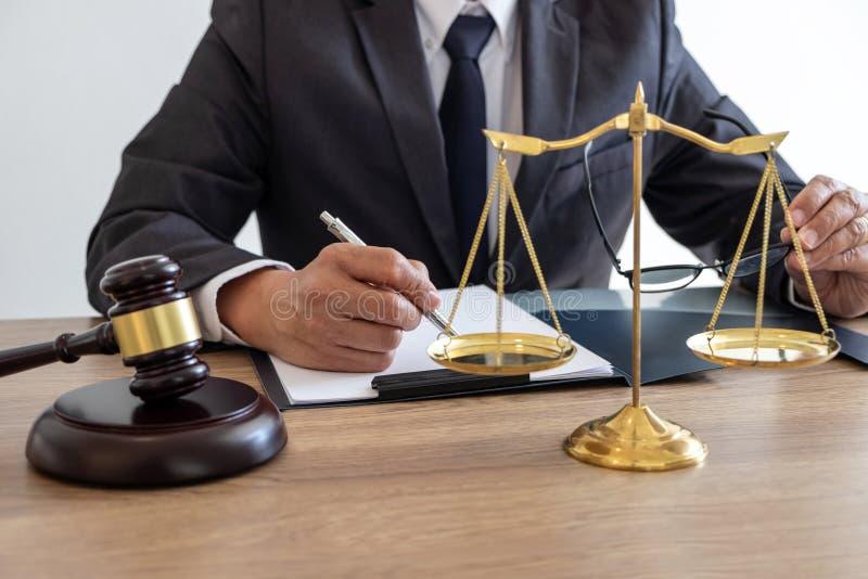 工作在重要案件的文件和报告的法定法律、忠告和正义概念、顾问律师或者公证员和 库存图片