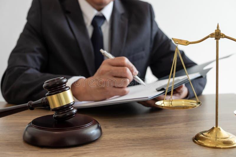 工作在重要案件的文件和报告的法定法律、忠告和正义概念、顾问律师或者公证员和 免版税库存图片