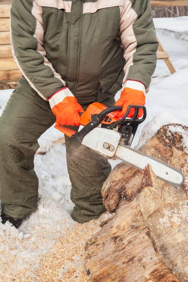 工作在锯木厂的木匠 免版税库存照片
