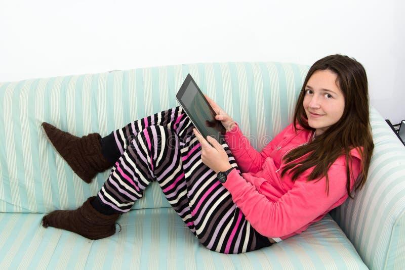 工作在表个人计算机的深色的十几岁的女孩 免版税图库摄影