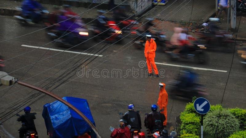 工作在雨中的交通警在加德满都,尼泊尔 免版税库存图片