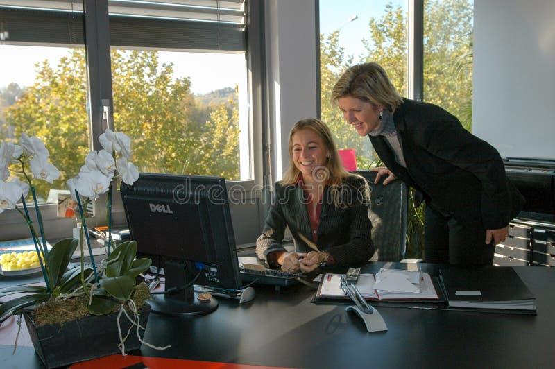 工作在雨果上司产业办公室的妇女 库存照片