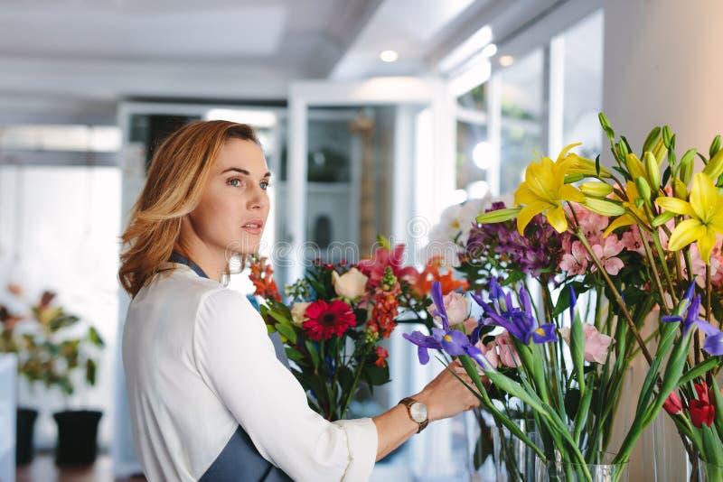 工作在零售花店的妇女 免版税库存照片