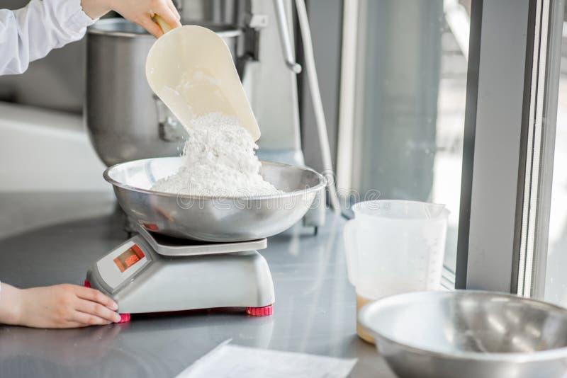 工作在面包店制造业的妇女糖果商 库存照片