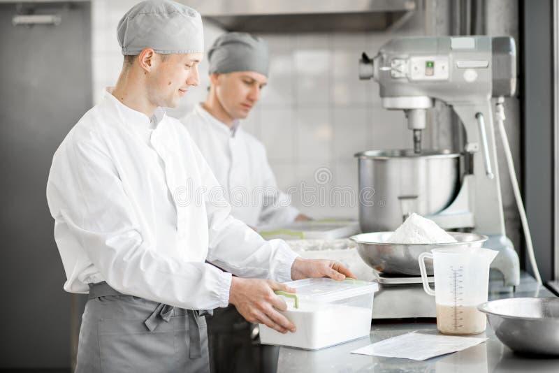 工作在面包店制造业的糖果商 免版税库存图片