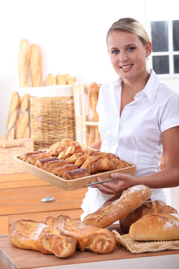 工作在面包店的妇女 免版税库存照片