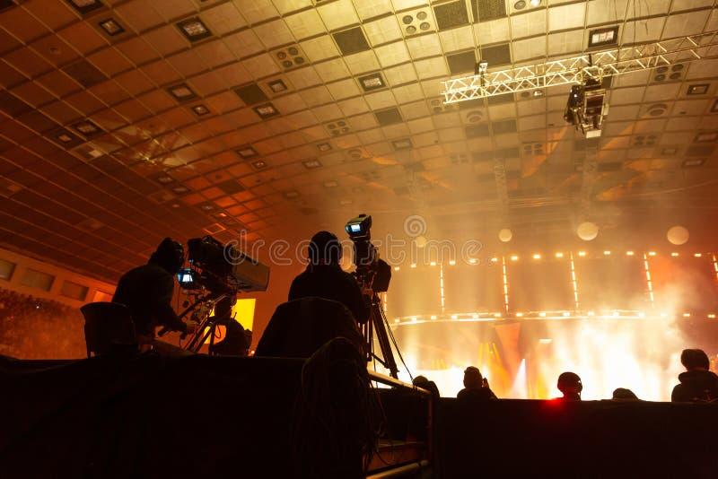 工作在音乐会期间的一个小组摄影师 免版税图库摄影