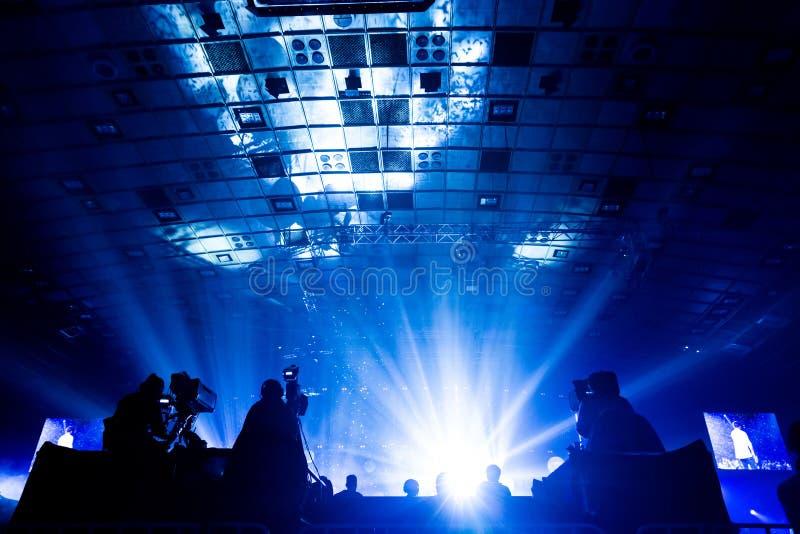 工作在音乐会期间的一个小组摄影师 库存照片
