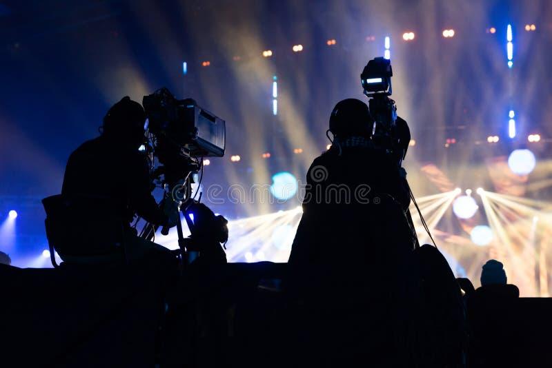 工作在音乐会期间的一个小组摄影师 库存图片