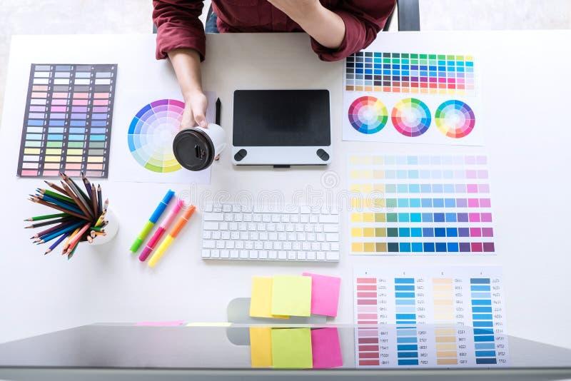工作在颜色selec的女性创造性的图表设计师的图象 免版税库存照片
