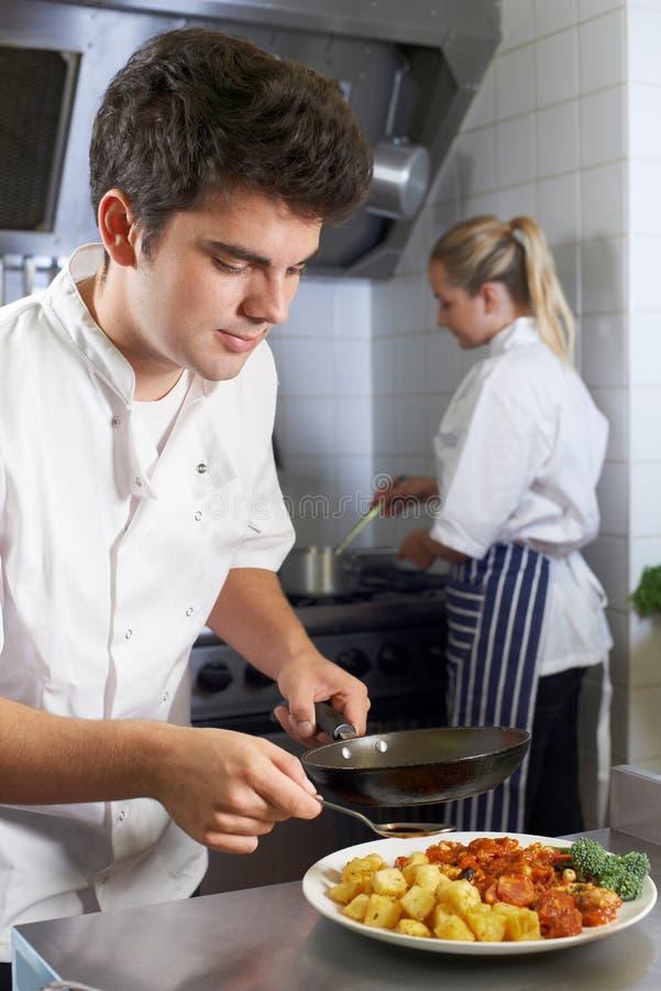 工作在餐馆厨房里的厨师 免版税库存照片