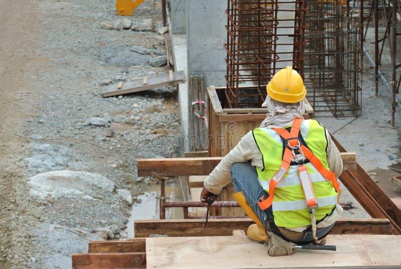 工作在高级的建筑工人 免版税库存图片