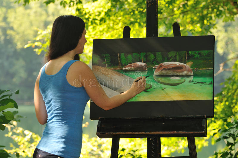 工作在绘画的妇女外面 库存照片