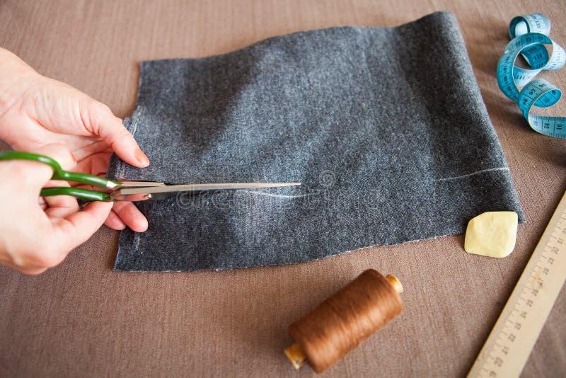 工作在他的家庭裁缝工作室的裁缝妇女 免版税库存照片