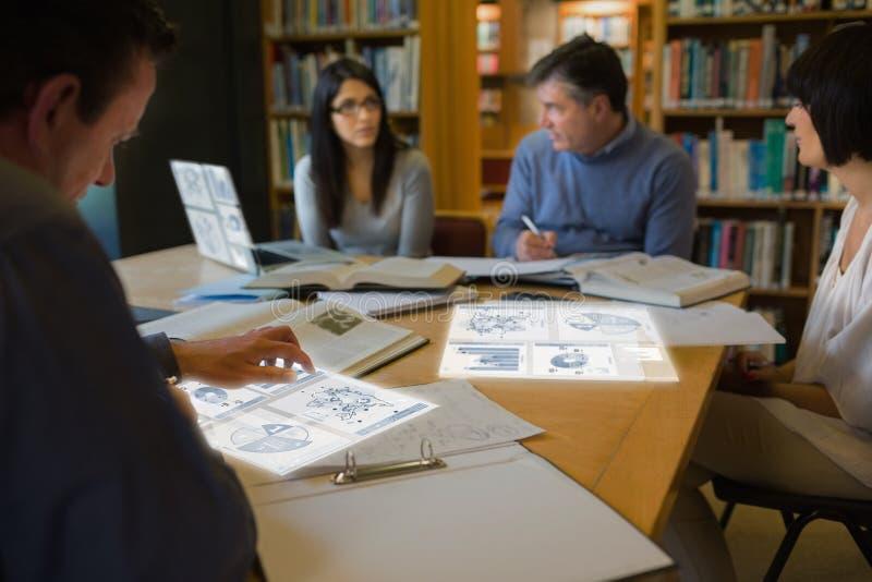 工作在他们的数字式工具的被聚焦的成熟学生 库存照片